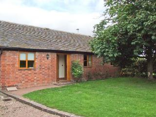DOVE COTTAGE, charming detached ground floor property, private enclosed garden, en-suite facilities, near Drakes Broughton and Pershore, Ref 28637