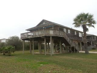 Fantastic 2nd rown beach house- ocean view, large deck, surfing, fishing, Galveston