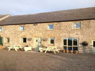 THE PARLOUR, family friendly, character holiday cottage, with a garden in Tideswell Moor, Ref 29546