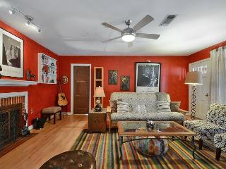3BR/2BA Minutes Away from Downtown in Cherrywood Neighborhood!, Austin