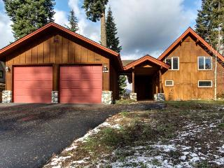 Spacious mountain home with private hot tub & pool access, McCall