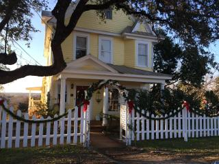 CHARMING RESTORED VICTORIAN HOME 5 BLKS FROM LAKE, Marble Falls