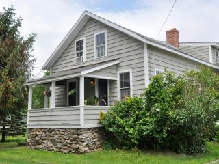 Button Factory....Sleep 8 four bedrooms 2 bath, 5 min to Beach,walk to Green, fireplace...Excellent reviews..., Guilford