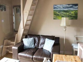 FOXGLOVE COTTAGE, romantic cottage, woodburner, mezzanine sitting area, in Calver, Ref. 28963
