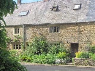 300 year old period cottage in Englands favorite v, Bledington