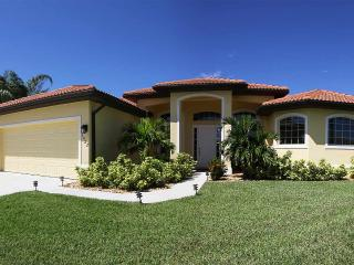 VILLA ST.THOMAS - Gorgeous Pool Vacation Home with spacious Pool Deck in a desirable neighborhood, Cape Coral