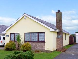 CEFN-Y-GADER, detached bungalow, enclosed lawned garden, within walking distance to shop, pub and beach, in Morfa Bychan, Ref 30339