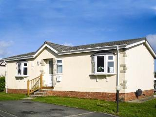 30 GUNVER, family chalet on holiday park, lawned garden, on-site facilities, inc. tennis court, near Padstow, Ref 904010