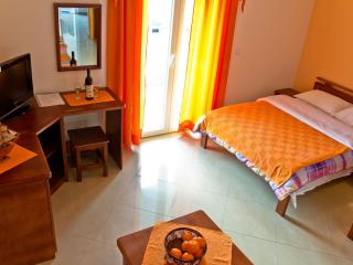 Charming studio 30 meters from the sea, Tivat