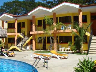 2 Bdrm 1 Bath Condo, 2 Bikes, 2 Snorkeling gear, 2 Fish poles, Air mattresses, sun bathing lounges, Pool, all included, Playas del Coco