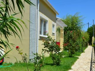 FLOWER VILLA 3 - 1 BEDROOM, 250M FROM THE BEACH, Argyrades
