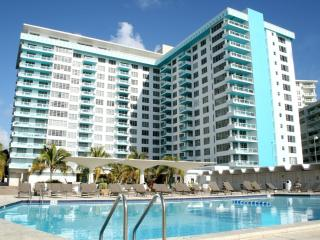 LUX JR Two Bedroom steps from the Beach!*, Miami Beach