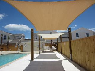 Pet-Friendly Townhouse w/heated pool, free Wifi and close to the Beach!, Corpus Christi