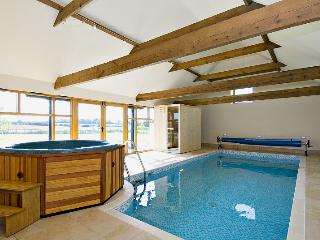 HOLIDAY COTTAGE,4 guests,with Pool,Hot Tub,Sauna, East Barkwith