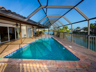 Marlin Villa on water. Heated Pool. Walk to Beach, Marco Island