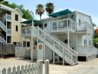 Tres Flores - Private Parking - Just Steps From Duval St - Sleeps up to 10!, Key West