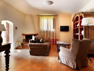 Chic Tuscan villa in the heart of the countryside, staffed property with shared pool and private garden space, sleeps 4, Casole d'Elsa
