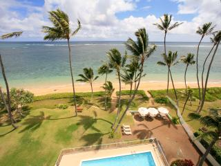 Penthouse Paradise; beachfront 3 bedroom, sleeps 8, Hauula