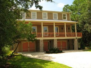 1014 Bay Street - Built with the Family Vacation in Mind - The Pelican House - Small Dog Friendly - FREE Wi-Fi, Tybee Island