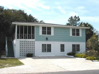 #17 13th Street - Upstairs - Less than a Block from the Beach - FREE Wi-Fi, Isla de Tybee