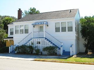 #19 13th Street - Upstairs - A Great Tybee Beach House in a Terrific Location - FREE Wi-Fi, Tybee Island
