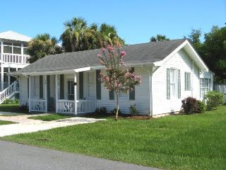 #403 13th Street - A Perfect Family Get-a-Way with Pool and Patio - FREE Wi-Fi, Isla de Tybee