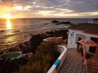 Oceanfront Stonehouse, natural pool., Mosteiros