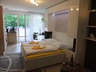 LLAG Luxury Vacation Apartment in Nuremberg - 377 sqft, central, spacious, modern (# 4898), Núremberg