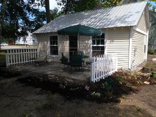 Van Huis Cottage #2, Mackinaw City