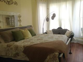 15% Off!! 2 Blocks from Forsyth. Private Balcony, Savannah