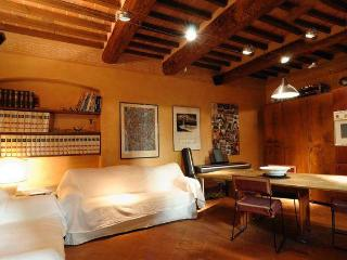 Cozy Tuscan Apartment in 15th Century Building in Italy, Arezzo