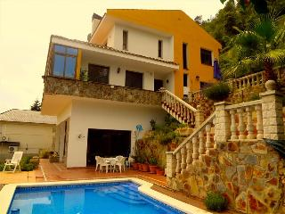 Alluring villa in Corbera for 12 guests, only 23km from Barcelona and its famous beaches!, Corbera de Llobregat
