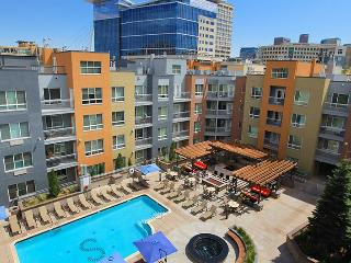 Stay Alfred Downtown with Pool, Patio and BBQ ST2, Denver