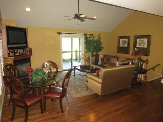 Beautifully Furnished 1+Bedroom Guest House plus Pool Access!, Overland Park