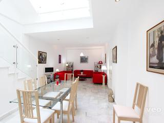 Pedro Miguel. 4 bedrooms, 3 bathrooms, 8 pax, Seville