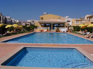 1 BEDROOM APARTMENT FOR 2 ADULTS AND 2 CHILDREN IN A CONDO WITH POOL AND IN PERA REF. VBRR134932, Alcantarilha