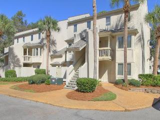 Comfortable First Floor End Unit. Walk to the Beach, Poolside, Pet Friendly, Hilton Head