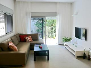 Chic 2BR Central Apt - Near Beach, Tel Aviv