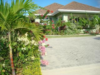 Ocean View Villa New in Gated Community with Staff, Runaway Bay