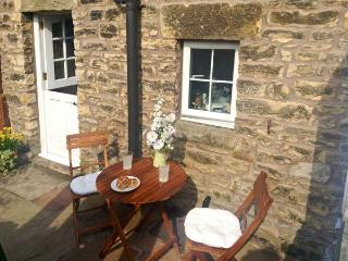 COBBLE COTTAGE, suoer king-size bed, woodburner, pet friendly, in Low Bentham, Ref. 20361, High Bentham