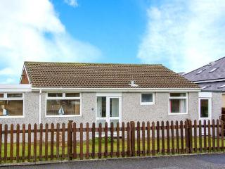 SEAGULLS, single-storey pet-friendly cottage by beach, close shops, Fairbourne Ref 27262