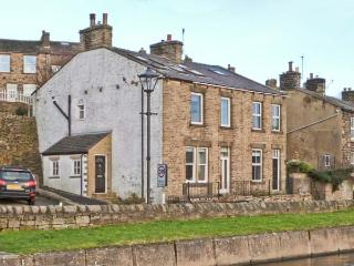 CANALSIDE COTTAGE, woodburner, freestanding bath, canal views, in Farnhill, Ref. 27990 - North Yorkshire vacation rentals