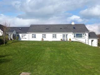 SEASIDE COVE, Detached, woodburner, sea views, near Adrigole, Ref 28750 - Adrigole vacation rentals