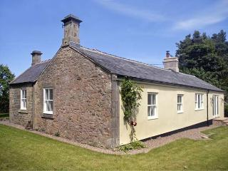 LAKE COTTAGE, single-storey cottage in lovely estate grounds, woodburner, en-suite, wonderful base, near Belford, Ref 903956