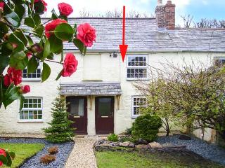 VERNON'S RETREAT, mid-terrace cottage, exposed beams, multi-fuel stove, ideal base for exploring Cornwall, in Lanivet, Ref 905846