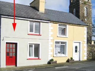 TIG MAI, terraced cottage with woodburner, patio, close to amenities, in Milltown, Ref 905879