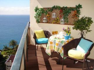 BRIGHT, COZY & ROMANTIC, by the beach, sea view, wifi, Funchal