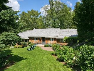 Peaceful waterfront cottage with beautiful landsca, Mundleville