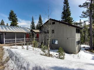 Ski-in/ski-out apartment with jetted tub & three bedrooms!, Tahoe City