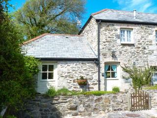 HONEYCROCK, private patio with furniture, zip/link bed, walks from doorstep, close to beach, Ref 904729, Crantock